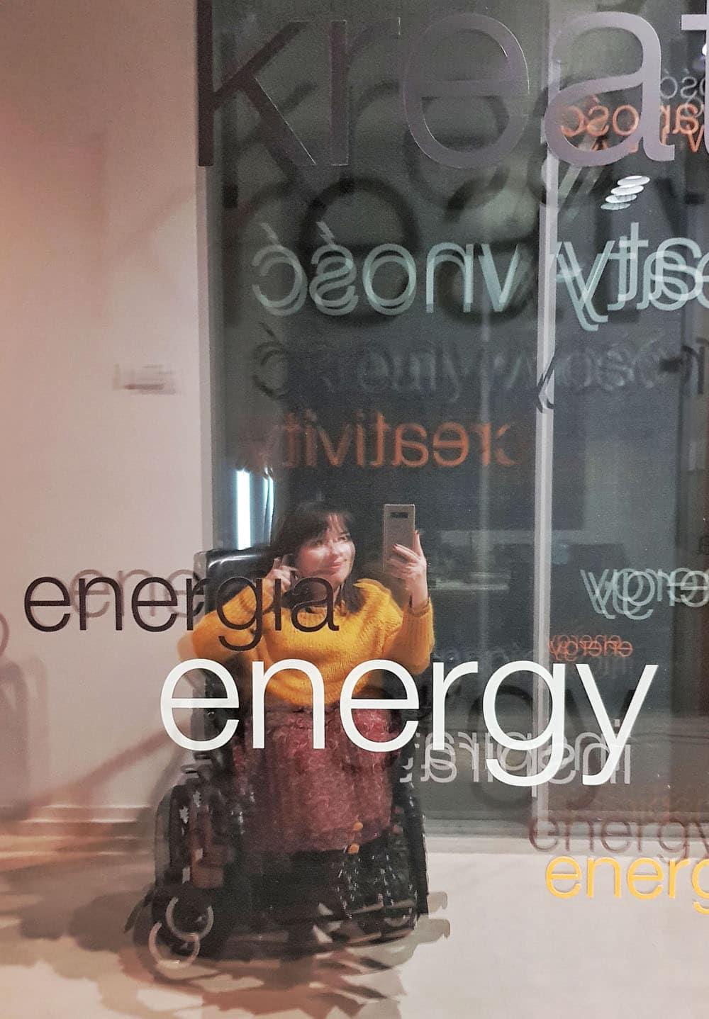 niepełnosprawna dziewczyna na wózku z reklamy orange love