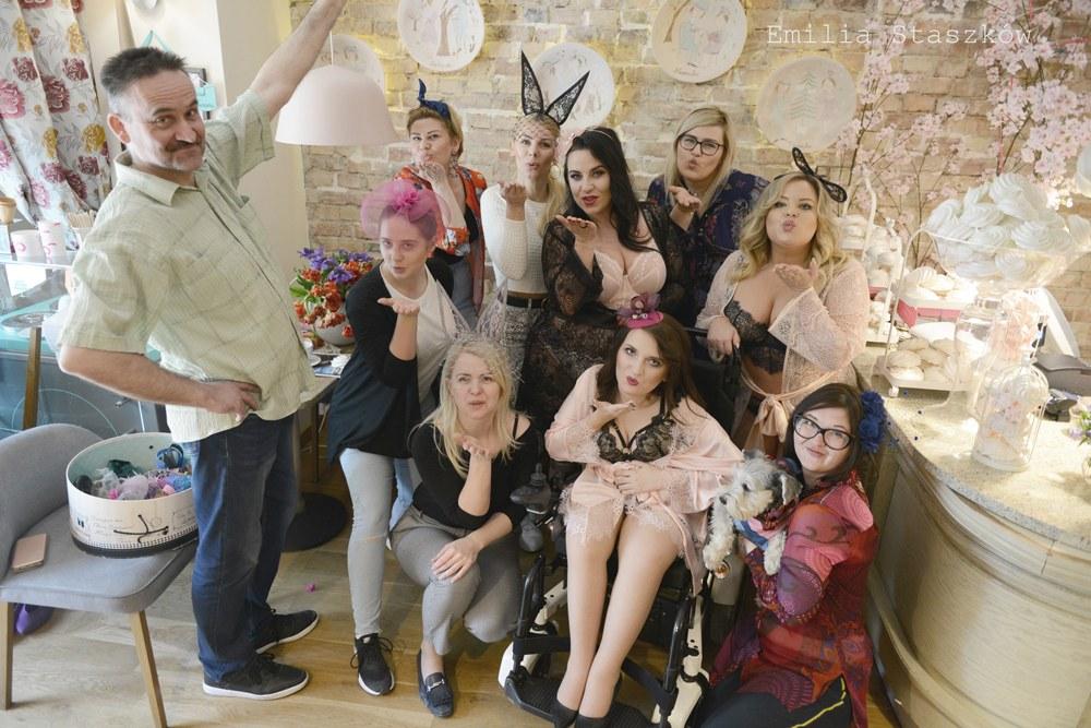 sesja w bieliźnie body positive kobieta na wózku i plus size o pewności siebie motywacja ruch bodypositive