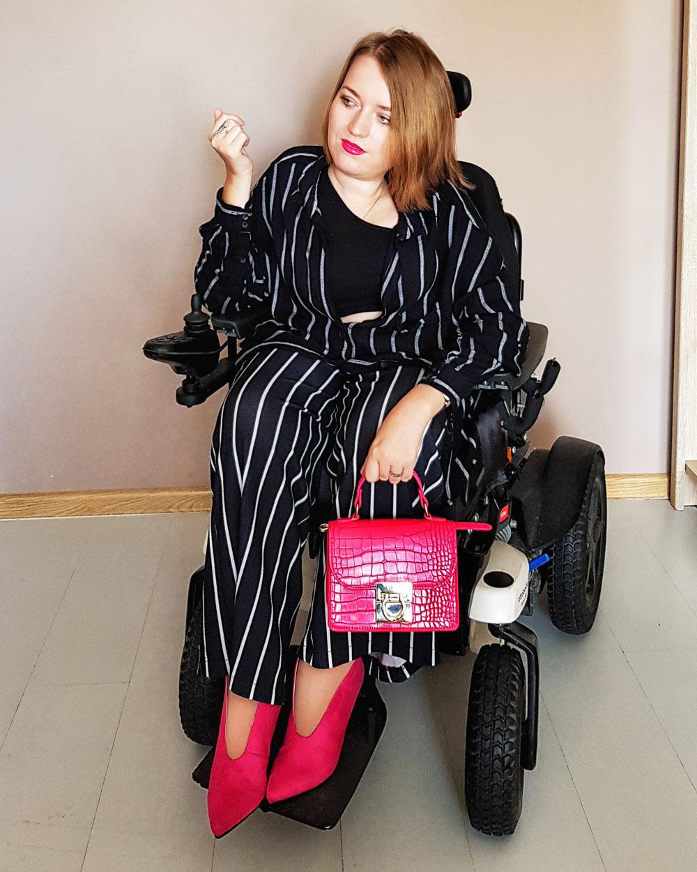 stylizacja z różowymi butami piżamka zestaw w paski inspiracja modowa